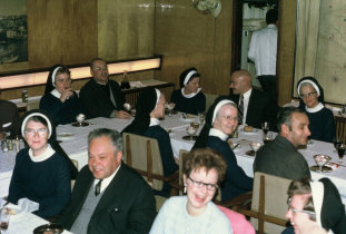Jantar na sala dos oficiais do Navio Hospital Gil Eannes