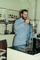 Dr. Barros Pereira no laboratório de análises
