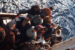 Grupo de pescadores preparados para subir a bordo do Gil Eannes