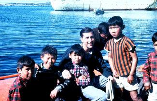 Visita ao navio hospital Gil Eannes por um grupo de crianças