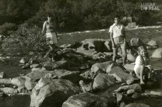 Amigas à beira-rio