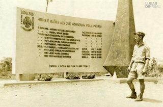 Militar junto de um monumento