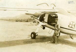 Militar junto de um avião